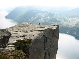 Преикестолен – огромна вертикална карпа во норвешкиот фјорд!