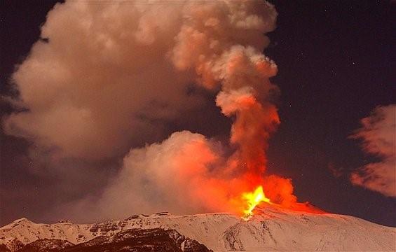 """Најголемиот активен вулкан во Европа – Етна повторно """"се разбуди"""""""